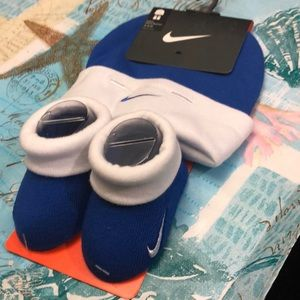 NWT Nike Infant hat and bootie set